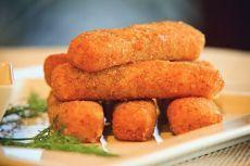 Простые и обалденно вкусные закуски Попробуйте! 1. Сырные палочки 🍗 Ингредиенты: Сыр — 500 г Яйца — 2 шт. Сливки — 50 г Мука — 1 стак. Панировочные сухари — 2 стак. Растительное масло — для жарки Приготовление: 1. Сыр нарезать брусочками средней толщины. 2. Подготовить 3 миски: в одной смешать яйца и сливки, в другую насыпать муку, в третью — панировочные сухари. 3. Масло налить в глубокую сковороду или кастрюлю. Нагреть. 4. Подготовить сыр: обмакнуть сначала в муку, затем — в смесь яиц и…
