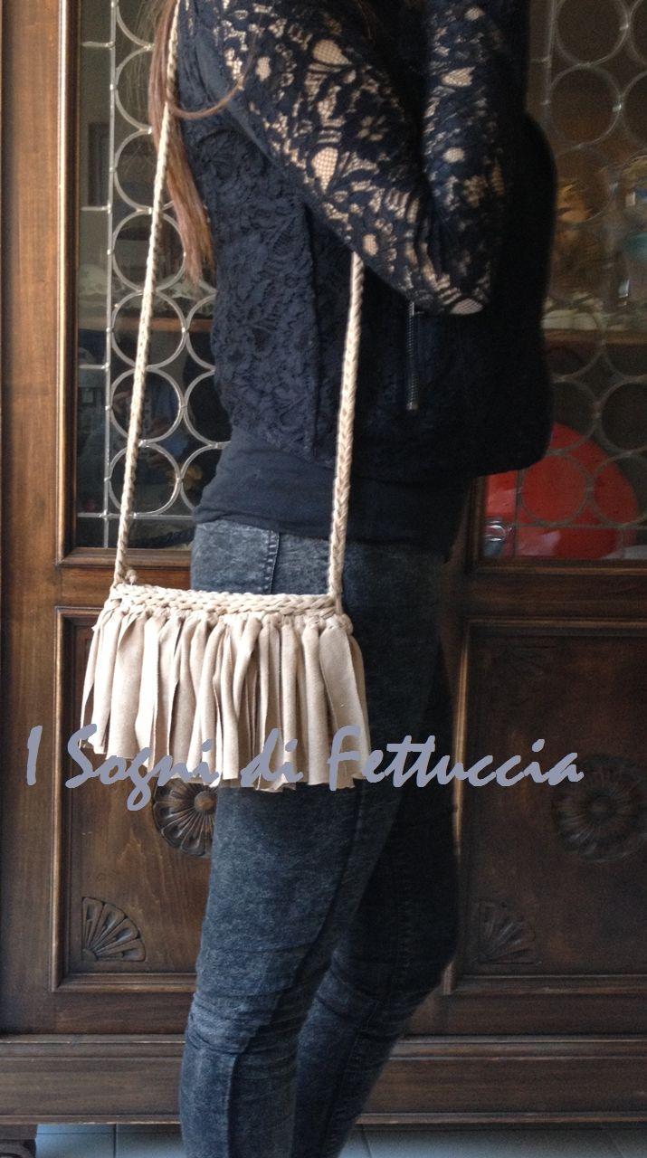 borsetta in fettuccia alcantara color cammello, con frange! chiusura con zip