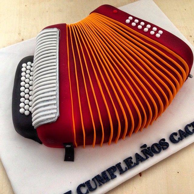 Ponqué de vainilla con nutella #cakeitbogota #thebestgift #elmejorregalo #accordioncake #acordeon #musiccake