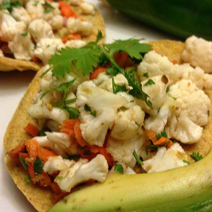 Me encantan las tostadas deshidratadas de maíz, acompañadas de ensalada picosa de coliflor platillo que puede disfrutarse tanto crudo como cocinado 🍃 #SaboresVeganos #ChefPlantivoro #Saludable #IdeasSaludables #AlimentoEntero #AlimentacionBasadaEnPlantas #Coliflor #ProteinaVegetal #ComidaMexicana#Chef #Healthy #Cauliflower #PlantPower #PlantBased #WhatChefsEat #RawFood #healthyIdeas #MexicanFood #Food