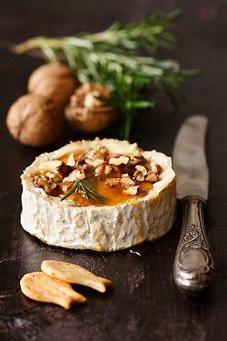 Camembert horneado con nueces y miel
