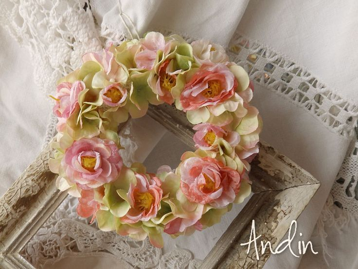 Hortenzie se šípkovými růžičkami Romantický jarní látkový věnec na dveře nebo do okna s kvítky hortenzií a šípkových růžiček. Průměr 15 cm