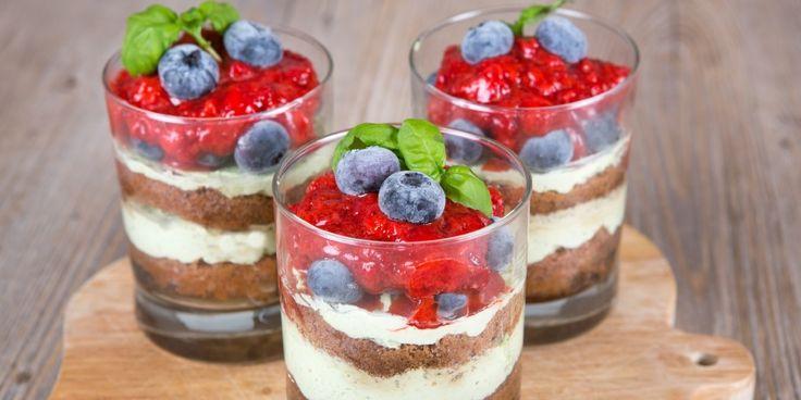 Zoek je een lekker en caloriearm kersttoetje? Dezespeculaastiramisu met aardbeienis snel, superlekker enziet er nog feestelijk uit ook!