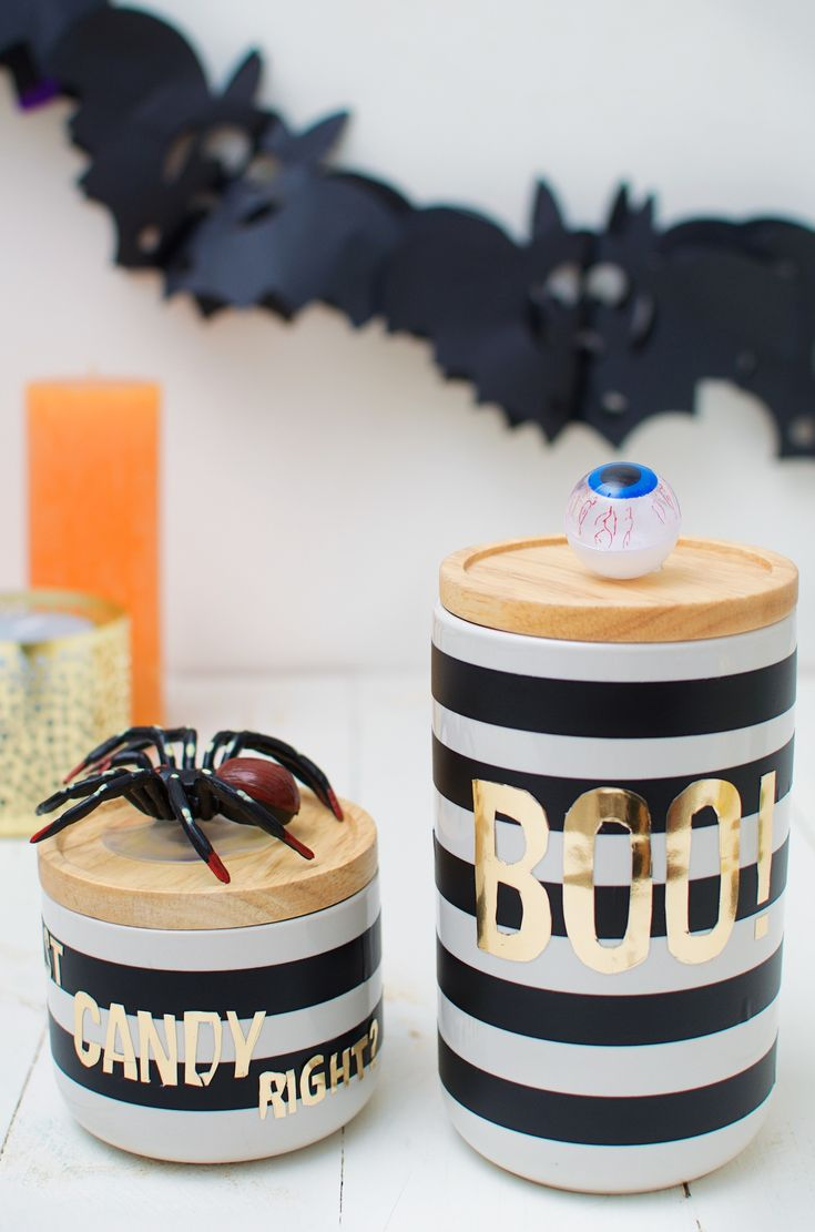 Halloween hoeft helemaal niet altijd creepy te zijn. En daarom maken we vandaag chique Halloween snoeppotten. Heel leuk om weg te geven bij een Halloweenfeestje of gewoon zomaar voor thuis. Het is heel ergideaal als last-minute cadeautje (been there) of als je helemaal geen tijd (of zin!) hebt om iets groots te knutselen voor Halloween. …