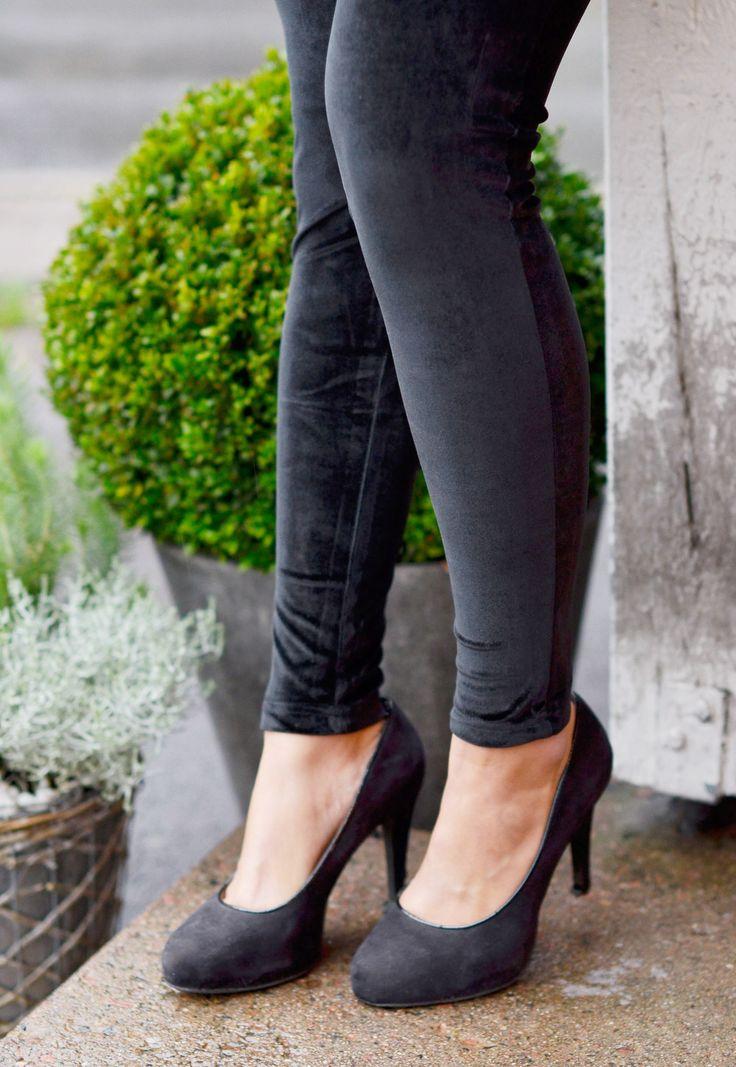 Sammetsleggings, superfina till fest men också när man vill vara lite fin till vardags || Black velvet leggings outfit inspiration, fall autumn winter spring. www.mandeldesign.se
