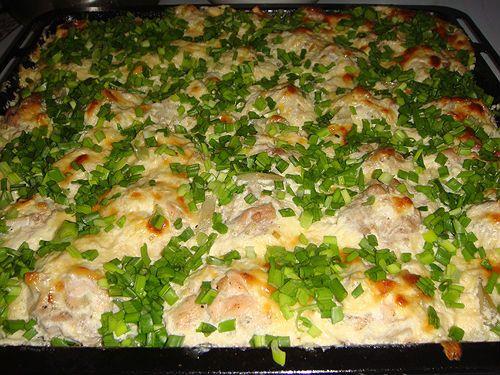 Необходимые ингредиенты: - 500 г куриного филе - 1 средняя луковица - 1 яйцо Для соуса: - 3 зубчика чеснока - 30 г сливочного масла - 150 мл 10% сливок - 2-3 ст. ложки майонеза - зеленый лук для у…