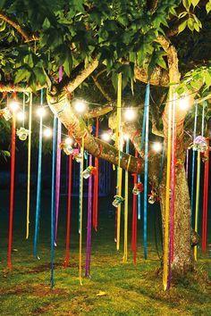 Para festas ao ar livre a combinação de velas e fitas coloridas garantem uma decoração divertida e aconchegante. #diy #festa #carnaval