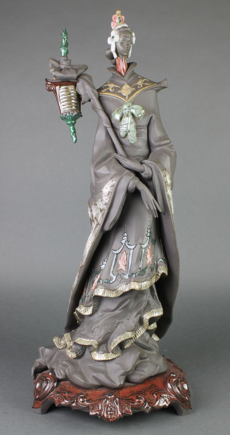"""Lot 111, A Lladro figure of a Japanese lady on a raised scroll base 2341 22 1/2"""", est £50-100"""