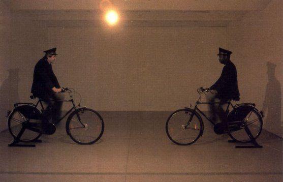 Dynamo Secession, 1997 Mentre al piano principale si tiene la mostra di un altro artista, Maurizio Cattelan installa due biciclette collegate a due generatori di corrente da cui si dipartono lunghi cavi elettrici che si inoltrano nelle quattro sale del seminterrato, salgono fino ai soffitti e accendono le lampadine con cui l'artista ha sostituito l'impianto di illuminazione. Ciò che è dato a vedere al pubblico è lo spazio spoglio illuminato con irregolarità intermittente