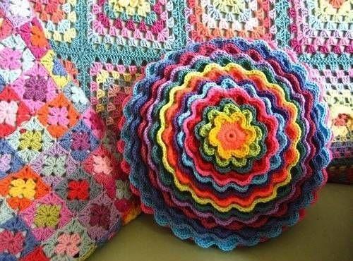 cojin redondo lleno de colores hermoso!!!!!