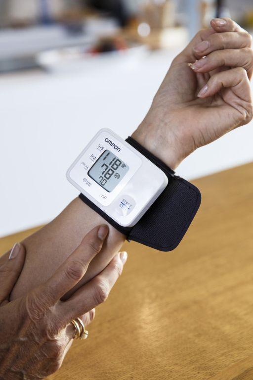 OMRON RS1 csuklós vérnyomásmérő - Kompakt, könnyen használható, oszcillometrikus elven működő vérnyomásmérő.