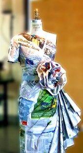 couture jurk die helemaal van kranten is gemaakt