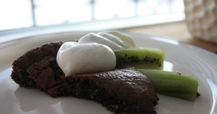 Ingredienser  2 ägg  2.5 dl socker  4 msk kakao (tips på kakao)  2 tsk vaniljsocker  100g smör  1 dl mjöl  1/2 tsk salt