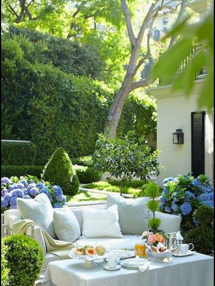 Lovely!!! Garden plants and coach light...