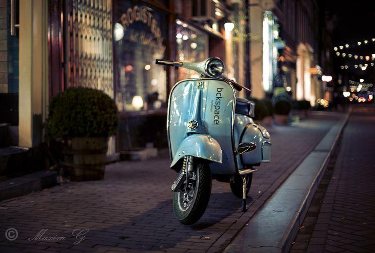 #scooter #amsterdam #streetphotography #nightphotography #maximg_photography #herenstraat #vespa