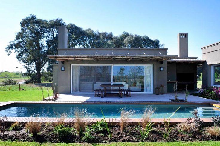 Mirá imágenes de diseños de Piletas estilo moderno: Casa en Pilará. Encontrá las mejores fotos para inspirarte y creá tu hogar perfecto.