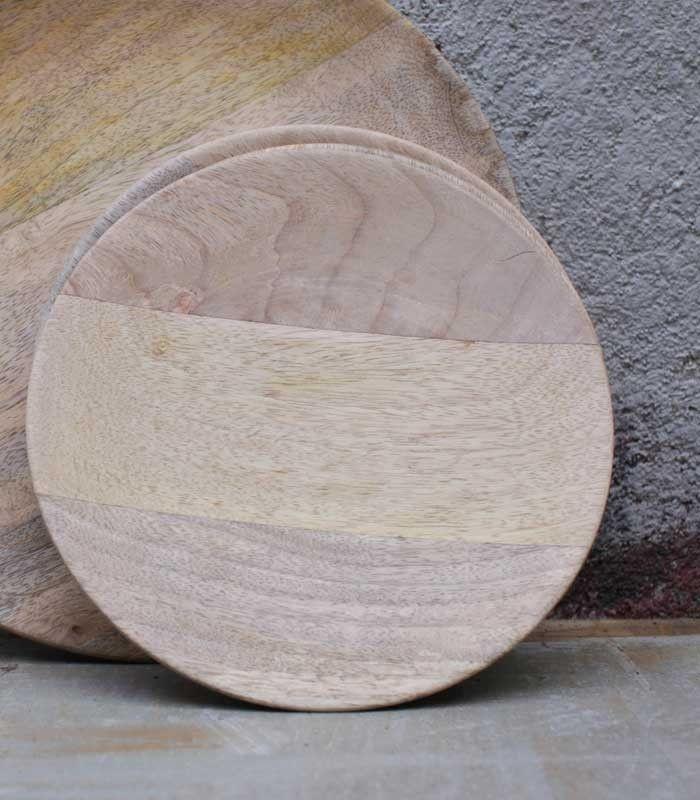 ASSIETTE en bois de manguier -Nkuku Matériaux : Bois de manguier /réalisé à la main à partir de bois de manguier durable ayant cessé de produire des fruits Dimensions : 20 X 2 cm Entretien :Ne pas passer au lave-vaisselle / nettoyer à l'eau savonneuse, rincer et sécher immédiatement / pour nourrir et protéger, nettoyer de temps en temps avec un chiffon et de l'huile comestible.
