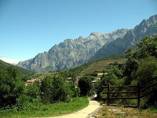 En el centro del valle de Valdeón se halla Posada, capital del ayuntamiento leonés más norteño, y donde se ubica un centro del Parque Nacional de los Picos de Europa:    http://www.guiarte.com/valle-de-valdeon-picos-de-europa/lugares-de-la-zona/posada-de-valdeon.html