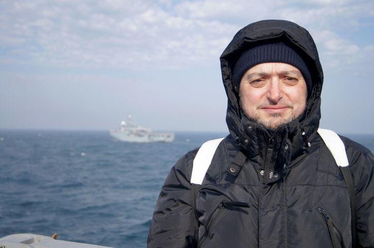Hidrograf marin pentru o zi – Viața cu parfum de mare la bordul NHM Căpitan Comandor Alexandru Cătuneanu ■ Narcis GAIDARGIU ● De câteva ore spălam vase și nu se mai terminau, și scriam frânturi de gânduri, și iar spălam ... vase, și vase, ... Chiar! De când și de ce, spălatul vaselor nu ar putea fi demn de un început? Dacă ar exista vase de unică folosință onorabile, nu jalnice butaforii din care, de nu le ții cu două mâini, ți se-nclină spre țărână orice ai pune, jur! - azi, nu mâine…