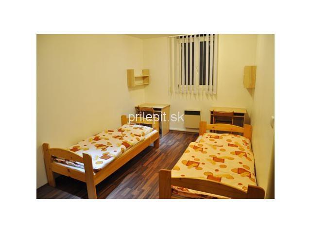 Nabízíme Vám nově zrekonstruované ubytovaci prostory na Žižkově. Prostory hostelu Vlkovka jsou v provozu již od Srpna 2010 a poskytují ubytování pro krátkodobý i dlouhodobý pronájem. Pro nájemníky a hosty jsou k dispozici pokoje vybavený s vlastním sociálnim zařízením. Kuchyňky a prádelna jsou umístnené na mezipatrě. Každý z pokojů je vybaven internetovým připojením .
