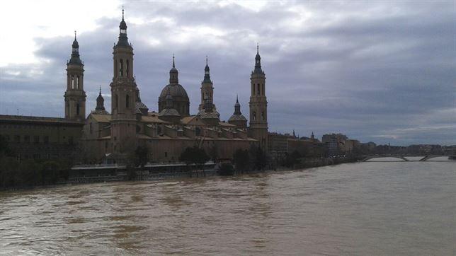Het hoge peil van de rivier de Ebro in Zaragoza.