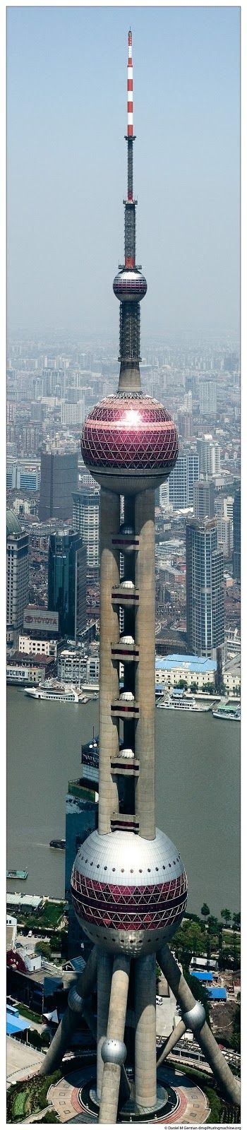 """Tôrre """"Pérola do Oriente"""". Tôrre: Televisiva, Restaurante, Hotel. Altura: 350m(até o 'telhado'). Andares: 14. Elevadores: 6. Arquiteto: Companhia de Design Arquitetural Moderno de Shaghai. Shaghai, China."""