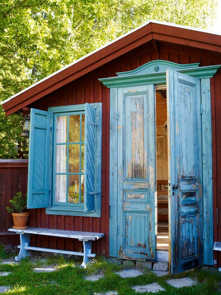 Sommarhuset i paradisdalen, här förstärks sommarkänslan med trasmattor, råspont och vitsåpade trägolv.