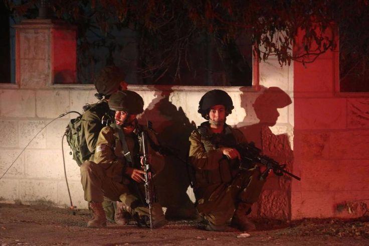 """50 warga Palestina terluka dalam serangan penjajah """"Israel"""" di Universitas Abu Dis  PALESTINA (Arrahmah.com) - Pasukan penjajah """"Israel"""" menyerbu Universitas Abu Dis Palestina di Yerusalem yang diduduki pada Senin (31/10/2016) Quds Press melaporkan. Hampir 50 warga Palestina ditembak dan terluka dalam serangan itu ketika mahasiswa bentrok dengan pasukan penjajah.  Pasukan """"Israel"""" melepaskan tembakan dan melemparkan tabung gas air mata pada mahasiswa di dalam dan di sekitar kampus. Paramedis…"""