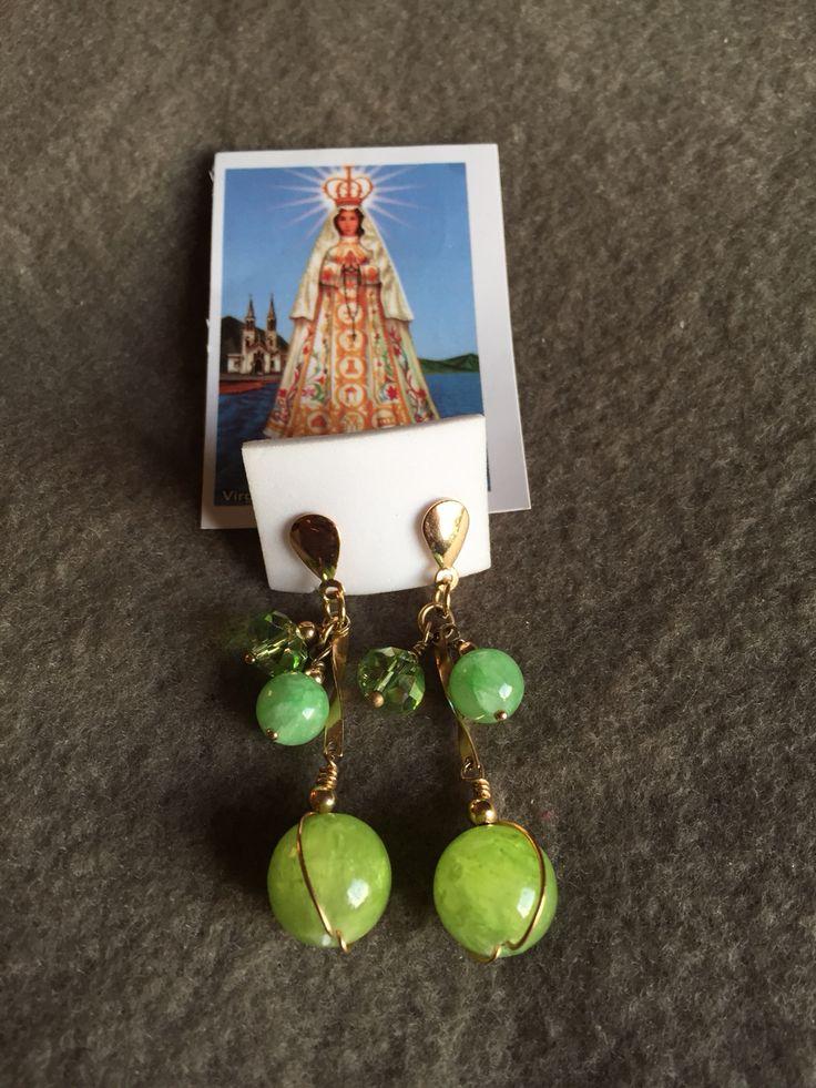 Aros de piedra verde con hilo de oro lamido.  Hecho por artesanos de la Isla de Margarita - Venezuela  Disponible para la venta
