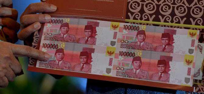 JAKARTA, (tubasmedia.com) – Bank Indonesia (BI) menerbitkan uang Rupiah khusus pecahan Rp 100.000 TE 2014 dalam bentuk uang bersambung (uncut banknotes) isi dua lembar dan empat lembar.