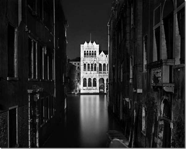 © Luca Campigotto. Luca Campigotto es un fotógrafo italiano (nacido el 23 de febrero de 1962 en Venecia, vive en Milán y Nueva York) conocido por sus imágenes nocturnas de paisajes urbanos y de lugares salvajes.