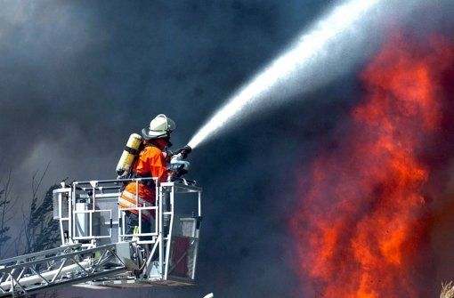 Freiwillige Feuerwehrleute allein können die Brände in größeren Kommunen nicht mehr löschen. In Böblingen und Sindelfingen wird deshalb über mehr Hauptamtliche diskutiert – und einen neuen Standort auf dem Flugfeld.