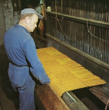 Het weven van kokosmatten. | Weaving coir and brush mats for cars and domestic purposes.