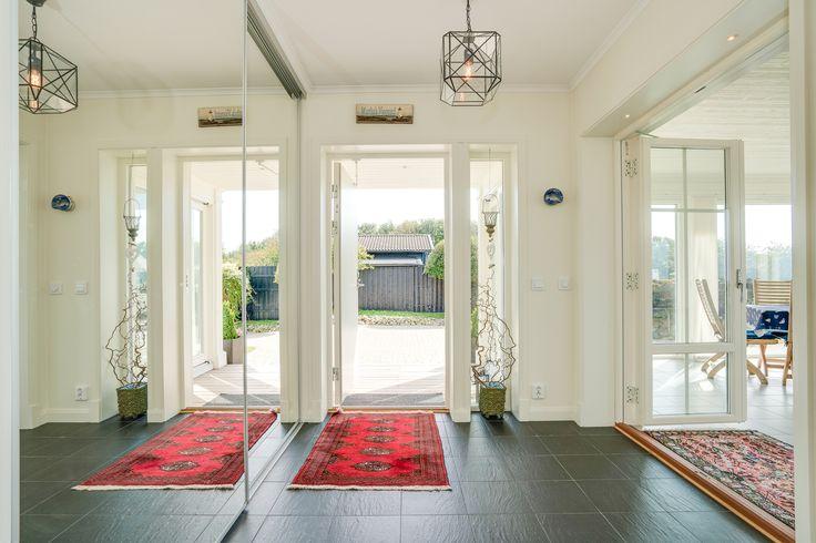Hallen är ljus och har stora spegelskjutpartier som fångar upp den stora vinterträdgården!