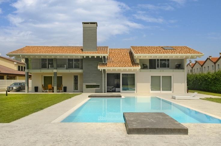 Bellissima villa dalla struttura architettonica moderna, con spazi interni ben suddivisi e massimamente funzionali