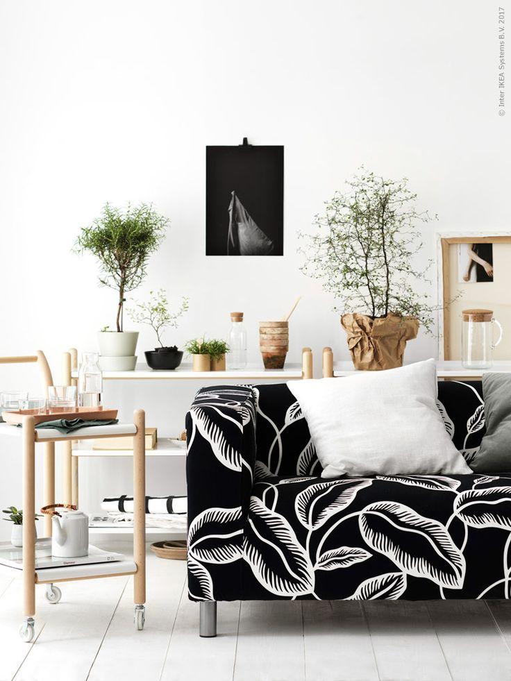 Skandinaviska uttryck med Thomas Sandells funktionella rullvagn och 10-gruppens ikoniska bladmönster. IKEA PS 2017 rullvagn, KLIPPAN klädsel 2-sits soffa Avsiktlig vit/svart, KLIPPAN 2 sits soffa, VIGDIS kuddfodral vit, SANELA kuddfodral grågrön, IKEA PS 2017 bokhylla, SENAP kruka med fat, IKEA 365+ karaff med kork, IKEA 365+ glas, IKEA 365+ bringare med lock.
