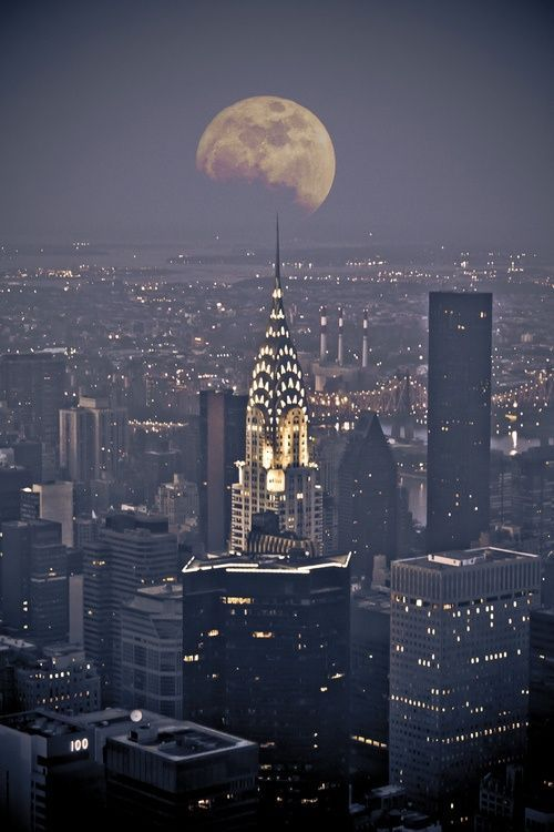 This picture of the empire state building looks absolutely amazing. Really want to go here and ask to go to the 600th floor I know it's not real but in percy Jackson it is the gate way to Olympus