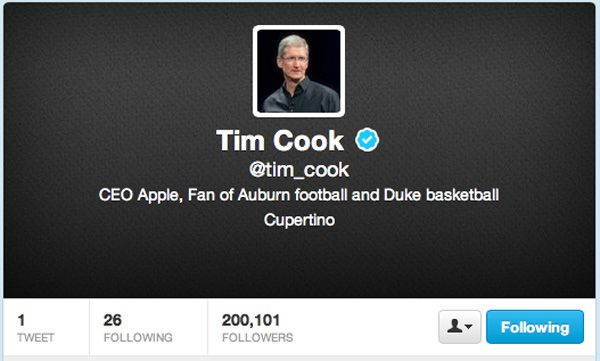 Tim Cook CEO al Apple are cont de Twitter
