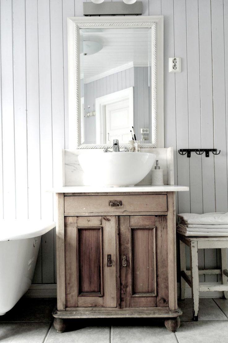 <p>Trägolv och råa väggar, tapeter och tyg. Ett badrum i genuin vintagestil kanske inte är det mest praktiska badrum man kan välja. Men drömma kan man ju! 22 badrum i vintagestil.</p>