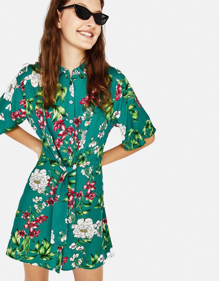 Krótka wzorzysta sukienka koszulowa