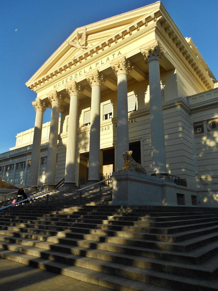 Este es el Museo de La Plata . La gente viene aquí para ver todos los artefactos antiguos.