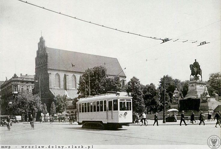 Ulica Świdnicka w sąsiedztwie fosy przed wojną z widocznymi - kościołem Bożego Ciała i pomnikiem Wilhelma I. 1930,