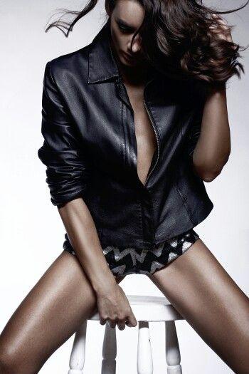 Revisa la entrevista completa a la Actriz y Modelo . Simone Mardones en el link www.dolcemagazine.cl