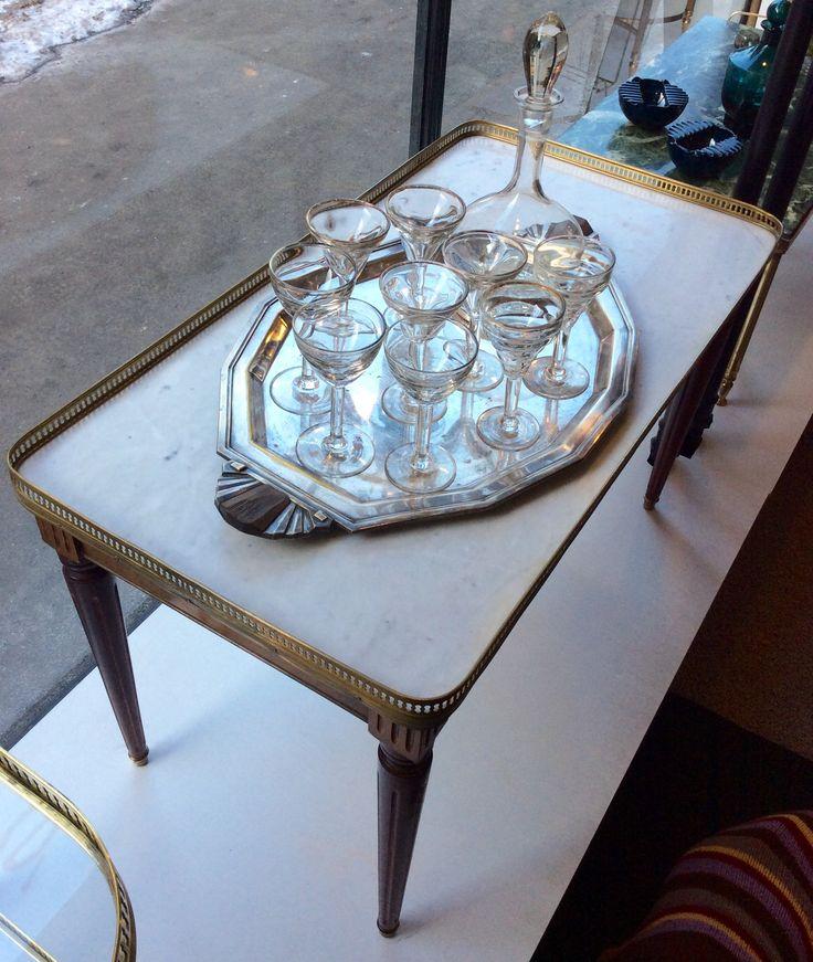marmoritasoinen sohvapöytä 1910 luvulta Ranskasta . korkeus 52cm . leveys 86cm . syvyys 46cm . @kooPernu