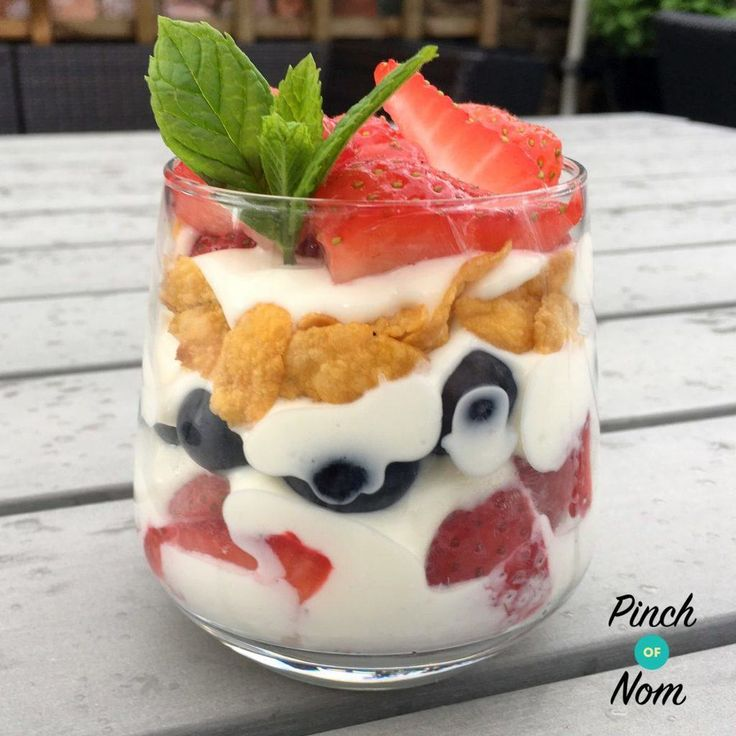 This is a really quick, easy dessert that's ideal for satisfying those sugar cravings, and it's only 1 syn for the cornflakes. Of course you could use something other than cornflakes, maybe crush up an Alpen Light bar or Light Hifi Bar, which would be half your HEB. Whichever you use it's better to assemble…