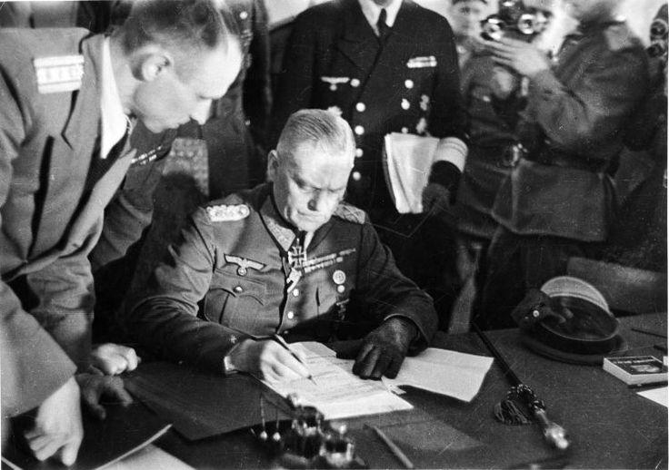 73165-3x2-original.jpg (750×528) Generalfeldmarschall Wilhelm Keitel unterzeichnet die bedingungslose Kapitulation Deutschlands, 8. Mai 1945 in Berlin-Karlshorst.
