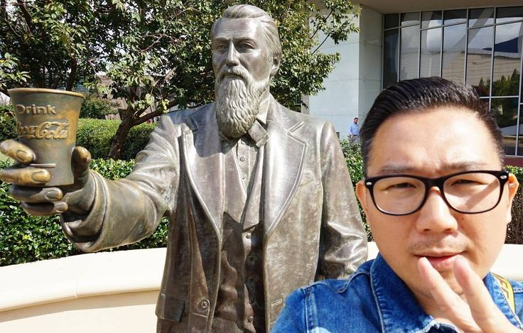 Just met up with John Pemberton at Coca-Cola World and I was hoping he would share the secret of Coca-Cola with me. 😂😂 #Nakanarilife #drooliusxspiki #cocacola #cocacolaworld #ATL #johnpemberton #youtuber #vlogger