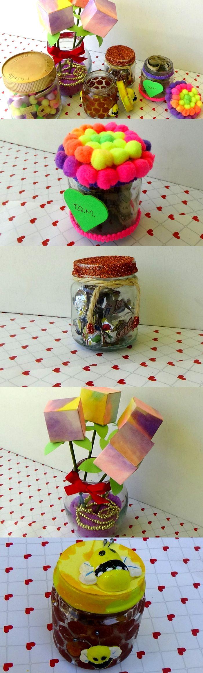Te enseño a decorar 5 frascos de vidrio reciclado muy lindos para dar regalos muy personalizados como chocolates, dinero, flores, cadenas y mucho más. Para complementar lo que aprendas en este video te recomiendo ver el video de florero con cajitas de regalo.