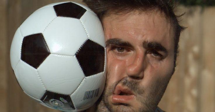 サッカーボールを顔面に思いっきり当てて超高感度のスローモーション動画で撮影した結果