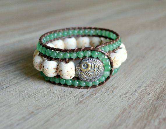 Bracelet wrap multirang en perles de bois brut et pierres d'aventurine verte.